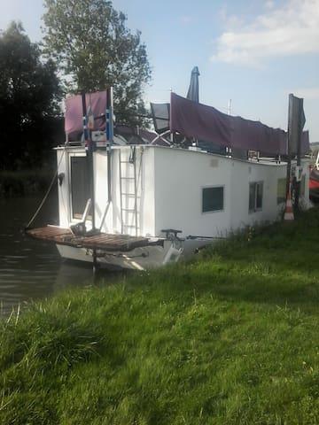 HOUSE BOAT EN PLEINE CAMPAGNE  SEDAN CHARLEVILLE - Dom-le-Mesnil - Boat
