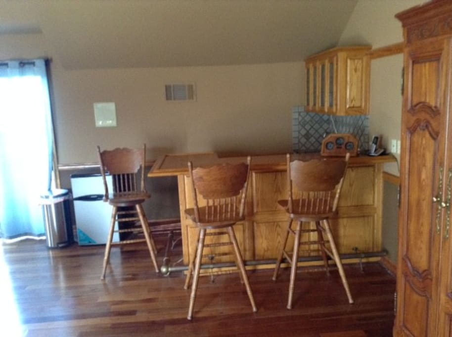 Wet bar with amenities