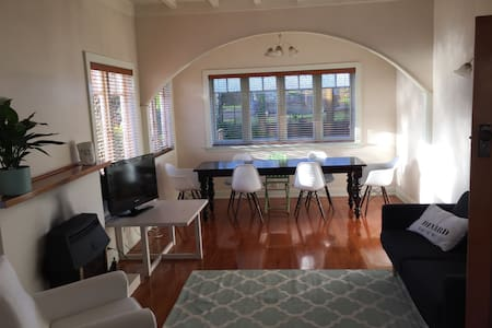 Stunning two bedrooms in handy loc! - Auckland - House