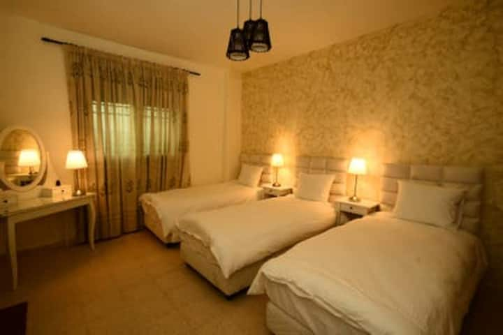 Addiwan Guesthouse: Triple Hillside View (Olive)