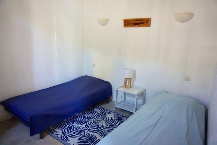 Chambre des enfants avec deux lits simples