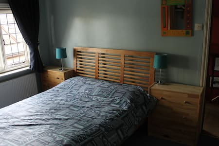 Double room in family home near Gatwick