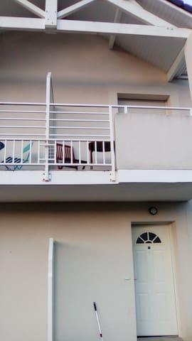 Appartement dans environnement calme et verdoyant - Aressy - อพาร์ทเมนท์