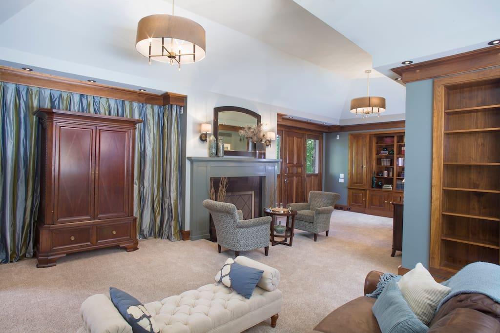 Living Room w/ King Sleeper Sofa, Fireplace, Cable TV