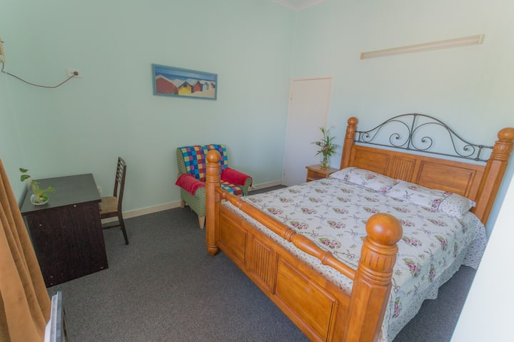 King Size Bed Room Close to City