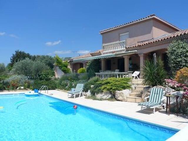 Vue imprenable, piscine 12x6,calme parmis oliviers