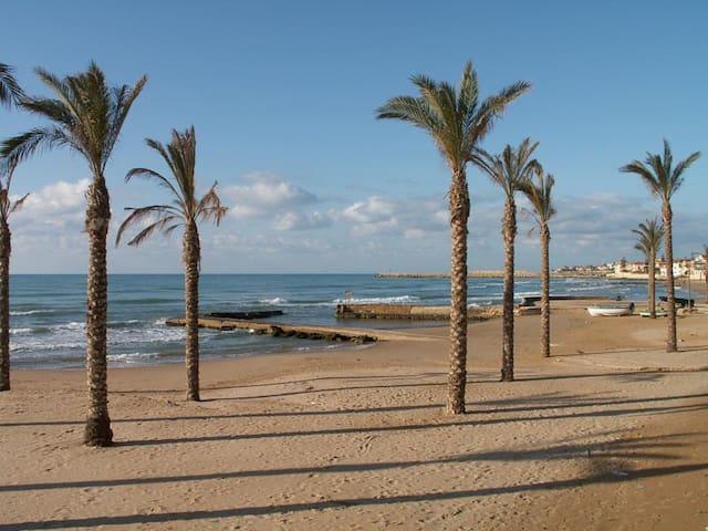 Casa Mazzarelli - spiaggia sabbiosa sotto casa - Marina di Ragusa - Huis