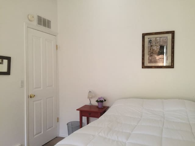 Spacious bright room. Long terms preferred. - El Sobrante - Casa
