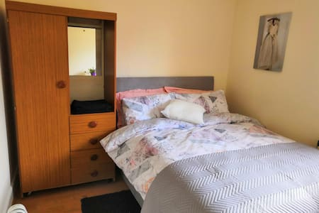 Cosy double bedroom in Glasgow West End
