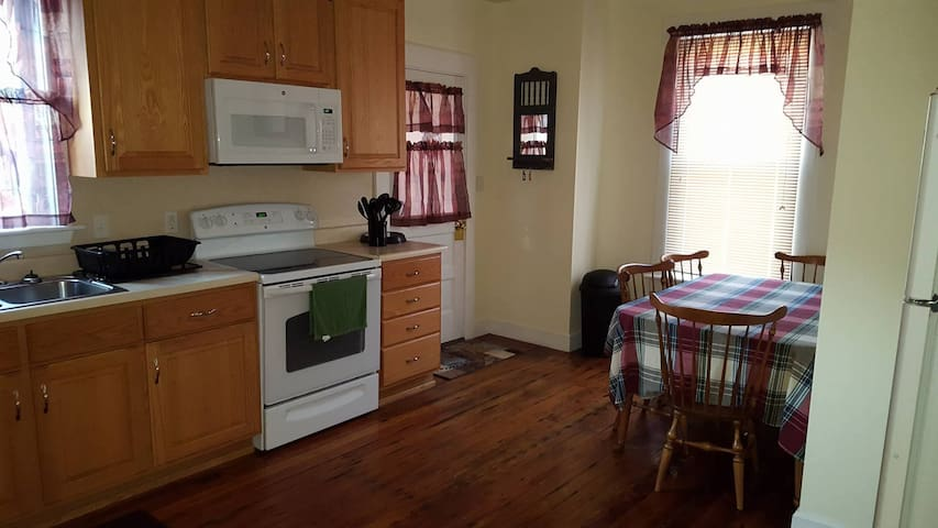 Quaint Guest House In Rural Setting Just Off I-80 - Loganton - Hus