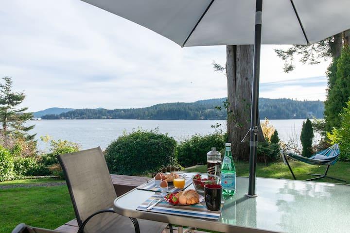Oceanfront Cottage * Deck & HOT TUB * Pets!