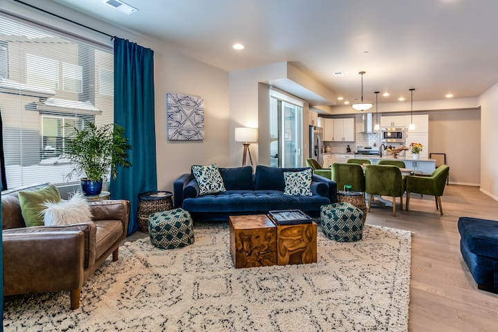 Mindy's Trendy Townhome seconds from Old Towne 2