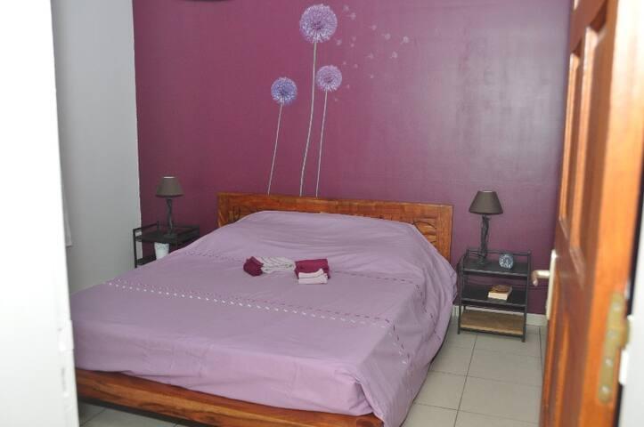 Chambre climatisée avec lit de 160 x 200 et rangement
