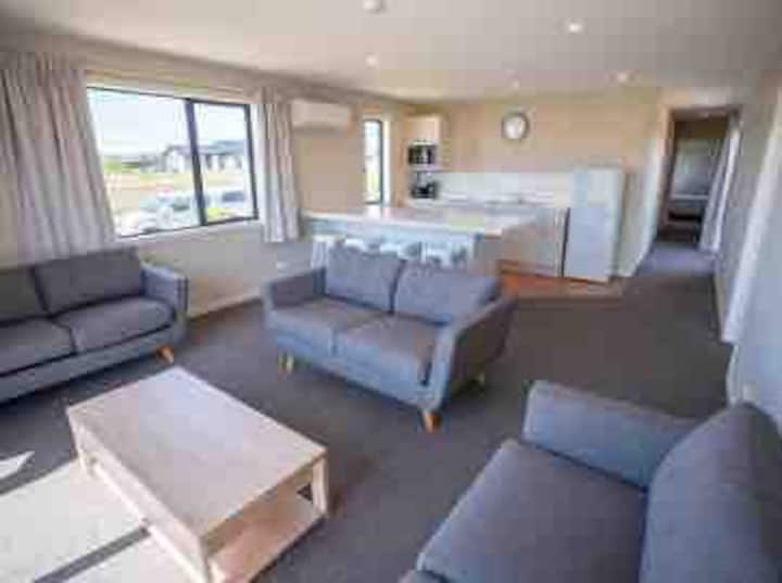 (5)NEW TE ANAU 3 BEDROOM HOME LAKE/MOUNTAIN VIEWS