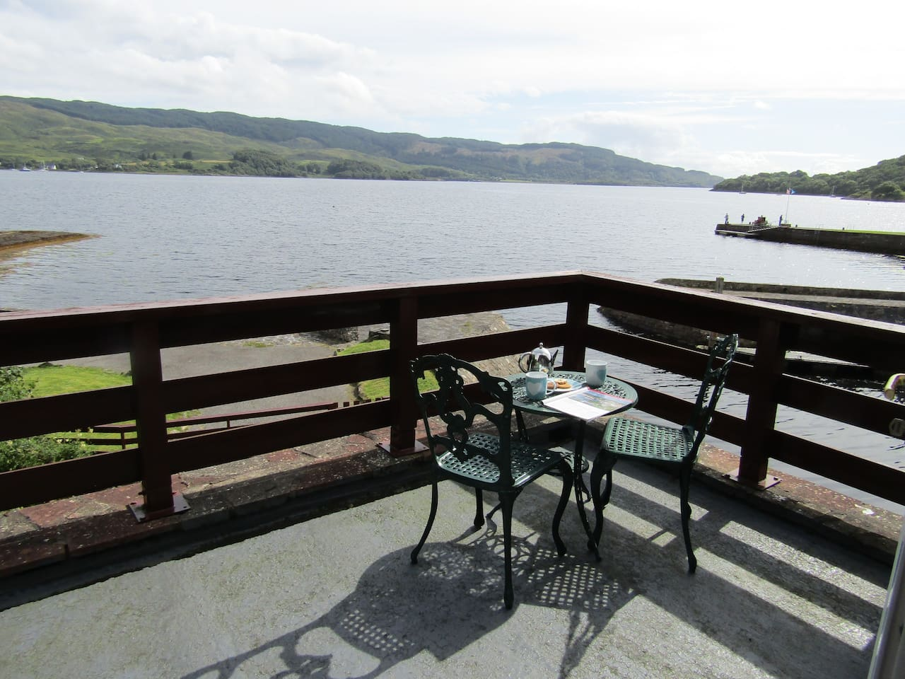 How close can you get to one of the most  beautiful sea loch's  on the West Coast of Scotland.    Loch Melfort , where the Highlands come down to the sea.  Your  view from the  balcony . We are a ideal touring base.  Free fishing , parking .Wifi.
