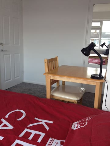 Double room near tube station - Hornchurch - Casa