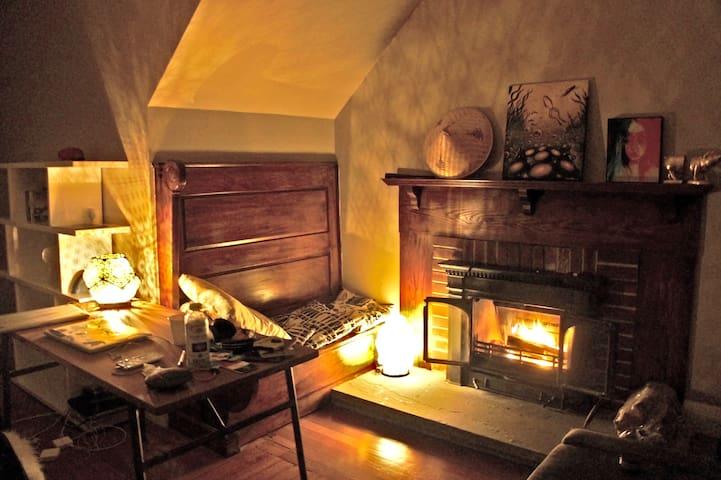 Cozy Retreat with Fireplace in downtown Arlington - Arlington - Condominium
