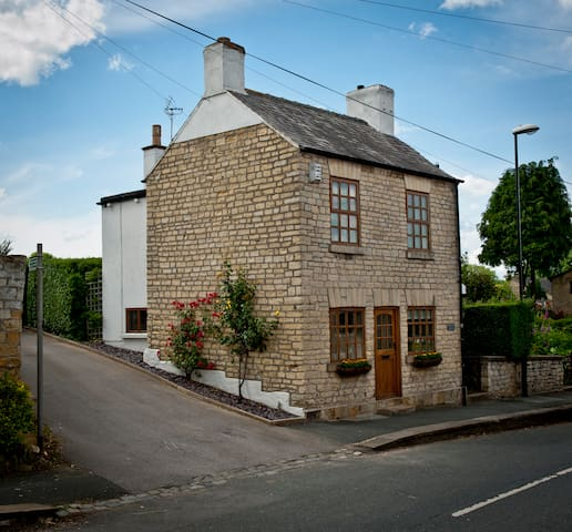 Lovely detached stone cottage near Wetherby