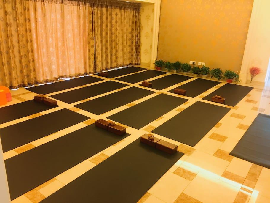 客厅是练习瑜伽的,可以免费和我们一起练习瑜伽哦