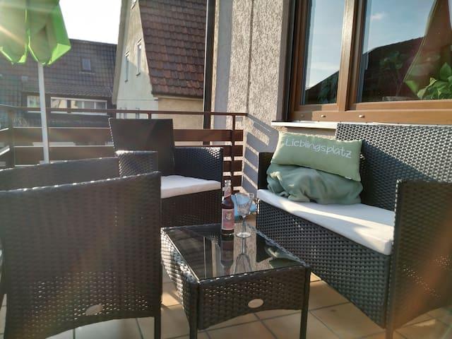 Sonnenbalkon mit Sitzbank, Stühlen, Esstisch & Sonnenschirm