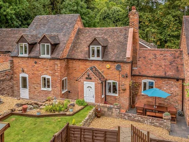 BROOK COTTAGE, pet friendly in Coalbrookdale, Ref 934837