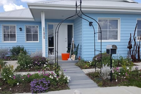 Beach Cottage at Alkimos - Bed & Breakfast