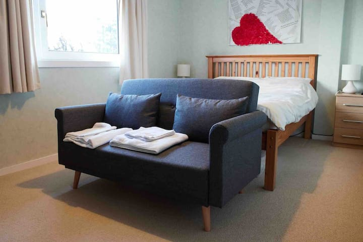 Large Private Double Room in quiet area of Thurso