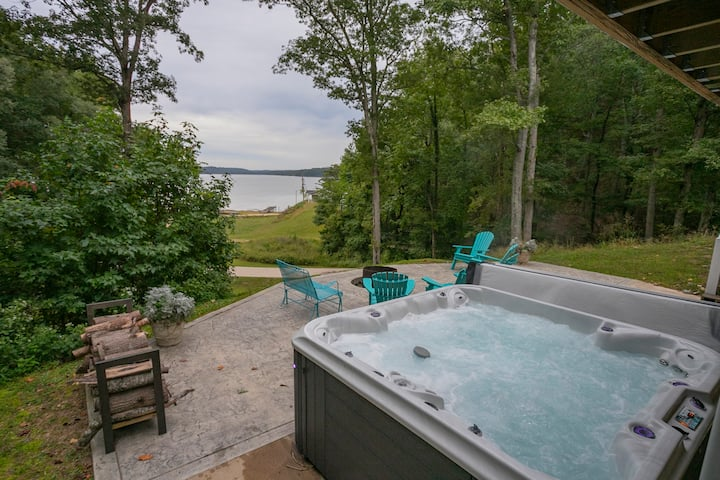Modern Kentucky Lake Chalet w/great views, Hot tub, WiFi, AC, Parking, TV, Decks