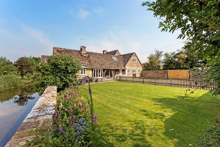 Supreme Riverside Home by Cotswolds Wildlife Park