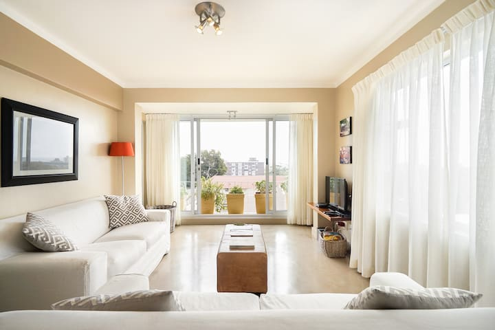 Bright, Comfy Apartment near the V&A Waterfront