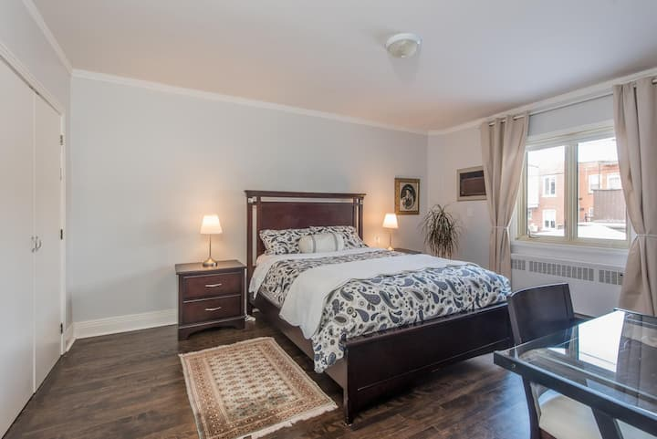 Spacious room with a Private bathroom in a quiet home, steps to metro and access to kitchen, patio, washer dryer and full kitchen