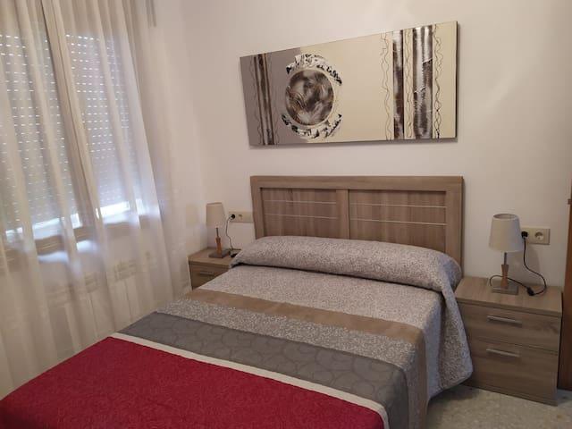 Habitacion con cama de 1'35 con armario y comoda