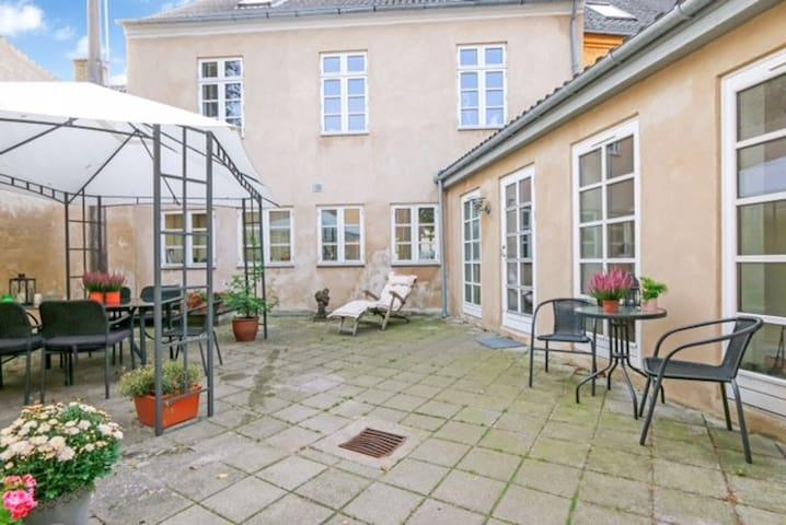 Værelse i centralt beliggende byhus i Rudkøbing