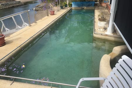 Self contained unit with pool acces - Surfers Paradise