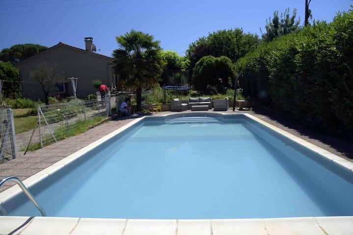 Chambres dans maison avec piscine - Villenouvelle - Rumah