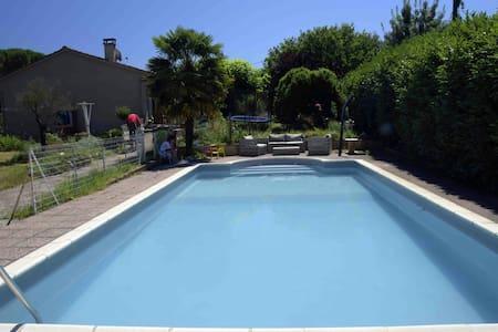 Chambres dans maison avec piscine - Villenouvelle
