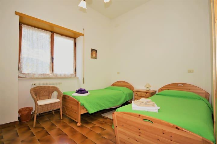 Seconda camera: con 3  letti singoli  (2 letti con dimensioni: 200x90)