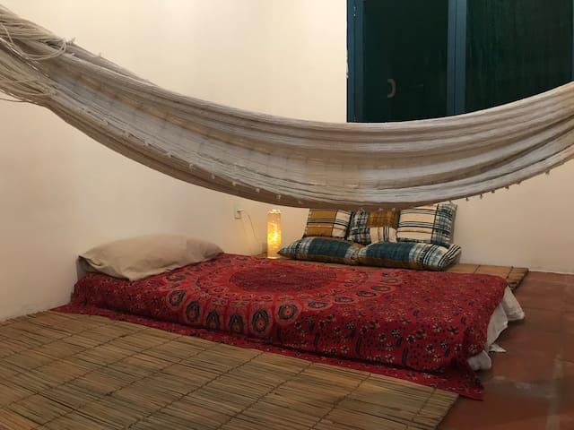 Um quarto com duas camas de solteiro