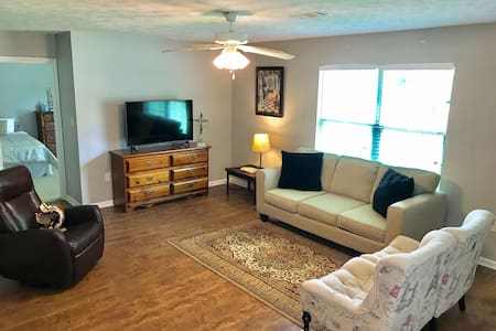 Cozy Quarters  Within Walking Distance To Hendrix!