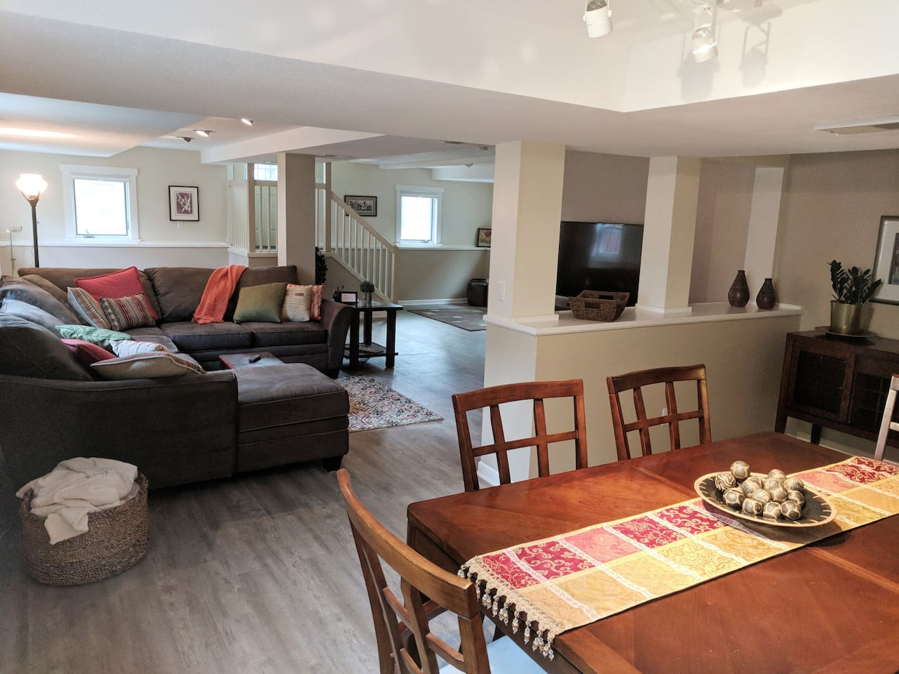 Large comfortable couch and dining for 6