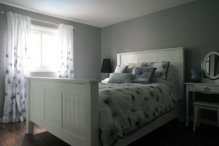 Large home, queen deluxe bed, near waterfront - Oakville - Casa