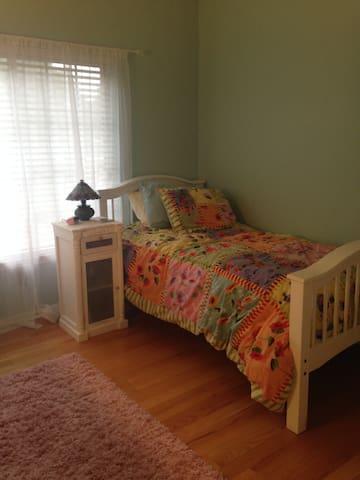 Sweet single room with separate bath. - Ann Arbor - Casa