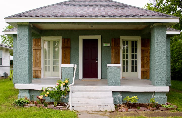 Clean, quiet, and comfortable 2 bed 2 bath cottage