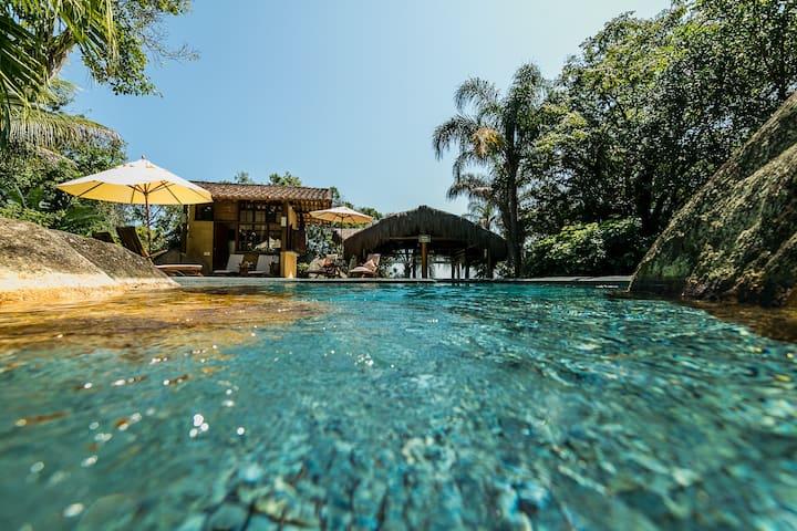 Suíte Helicônia com piscina em pousada guest house