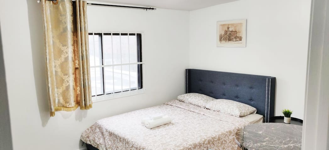 Toronto Bachelor Unit with Queen Size Bed