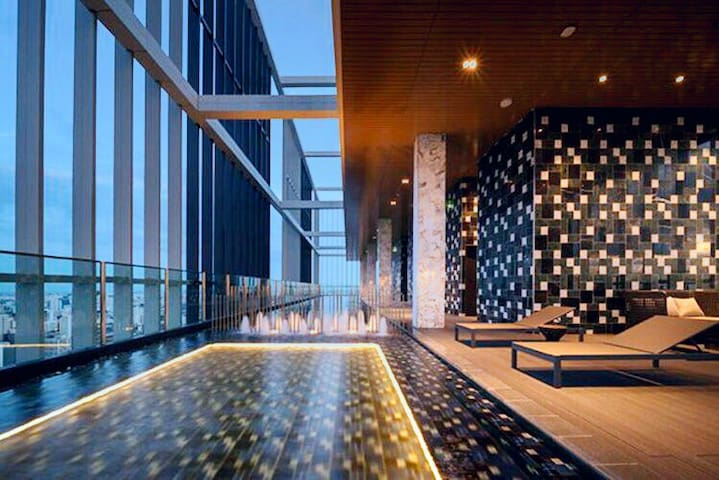 Sky pool luxury condo 600/BKK CBD/BTS/EM zone/中文服务