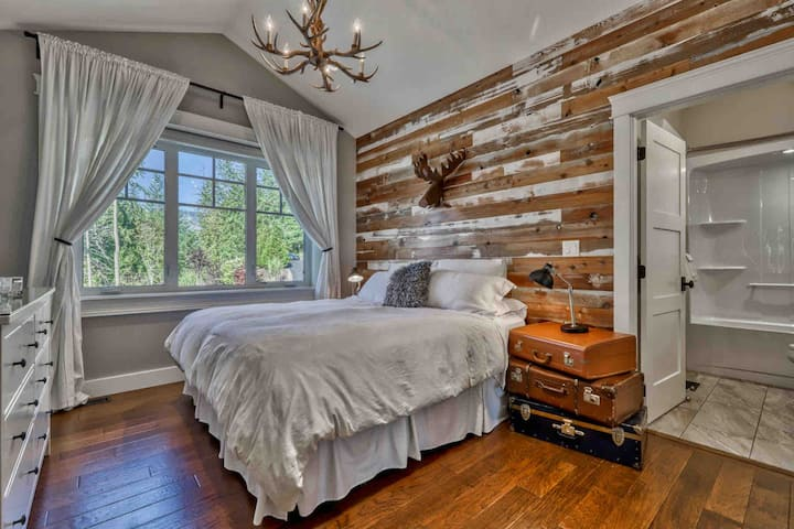 Luxury Private Coach House w/Hot Tub & King Bed