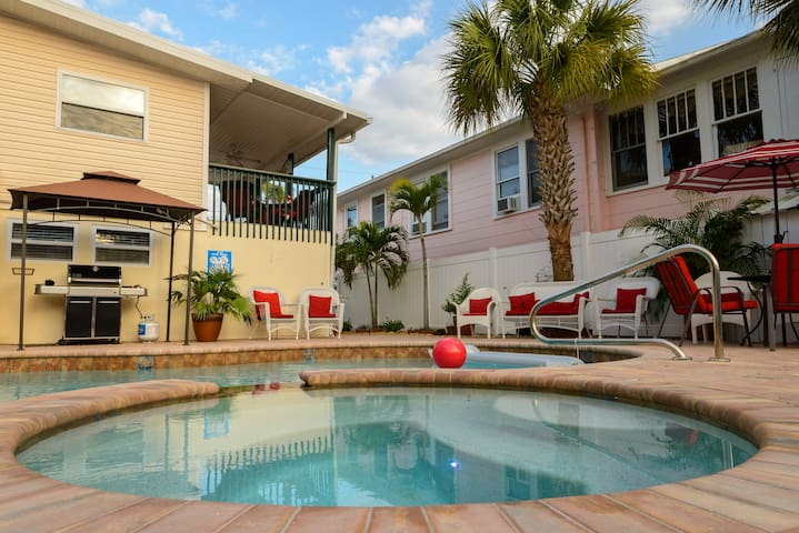 Open Layout Upper Level w/ Pool/spa close to beach