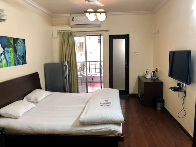 Garden view AC bedroom near Osho ashram. With all amenities like WiFi, hot water, fridge, T.V, In room kettle for tea and coffee, study table, private washroom and balcony.