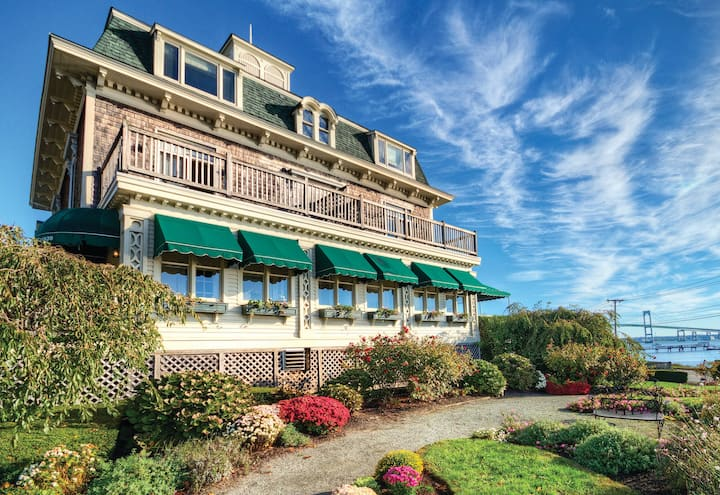 Bay Voyage Inn- 1 bedroom sleeps 4